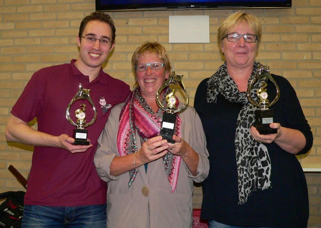 vlnr Neil Corné (3e) - winnares Marjan van den Nieuwendijk - Evelinie Broers (2e)