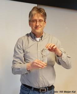 Anton Kösters vertegenwoordigde de NMB ook in internationale contacten. Van Mahjongclub Bamboe Acht ontving hij daarom symbolisch een glazen wereldbol.