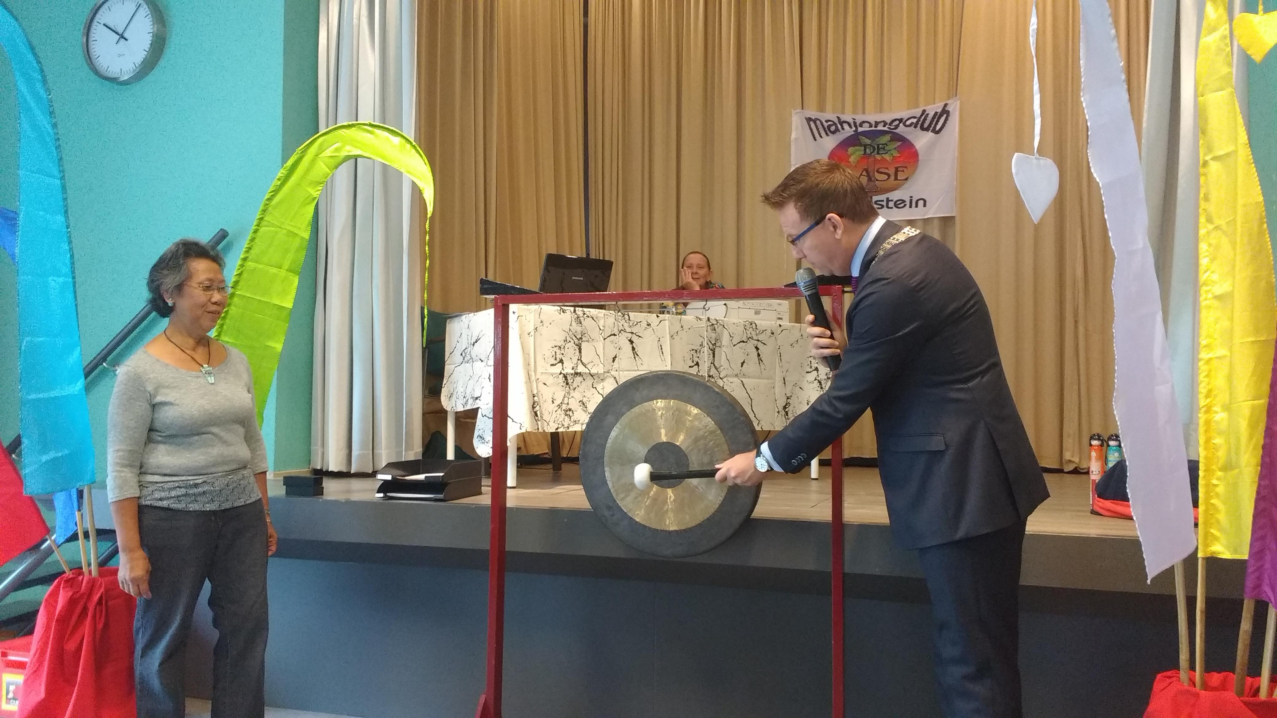 IJsselsteins burgemeester Patrick van Domburg opent het toernooi.